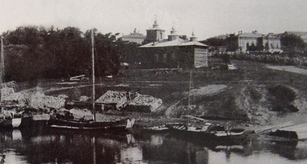 Берег р. Амур - устье р. Чардымовки  Первое - деревянное - здание Иннокентиевского храма. Находилось ближе к Амуру, чем нынешнее. Построено в 1869 г., освящено 23 июня 1870 г.