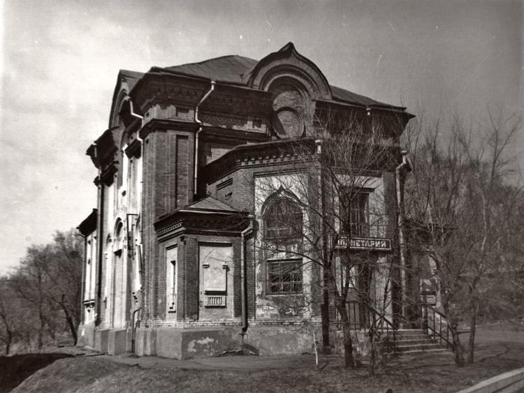 Планетарий в здании поруганного Свято-Иннокентиевского храма Храм был закрыт богоборцами в 1931 г. Планетарий находился в нём с 1964 по 1992 г. Вход был устроен через алтарь