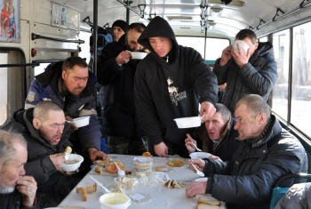 Приходской «Автобус милосердия» продолжает кормление бездомных Хабаровска