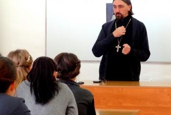 Настоятель Свято-Иннокентьевского храма протоиерей Олег Хуторской провел открытый урок для школьников поселка Маяк