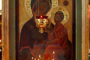 В Свято-Иннокентьевском храме была украшена венцами Тихвинская икона Божией Матери